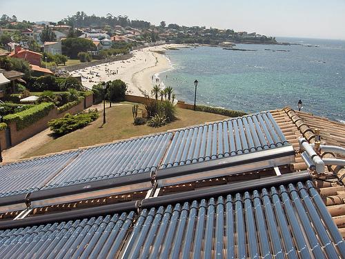 Paneles de energía solar térmica con tubos de vacío, para producción de agua caliente sanitaria, calentamiento de piscina y apoyo a calefacción por suelo radiante en Galicia. Foto: Certo Xornal (Flickr)